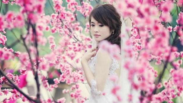 Девушка через розовые цветы