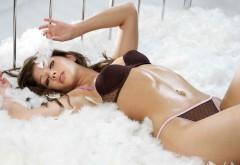 Красивая сексуальная девушка на белой кровати