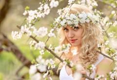 Девушка блондинка с цветами на голове