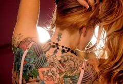 1920x1200 Рыжая девушка с татуировками на спине