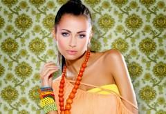 Красивая девушка с стильным браслетом обои hd