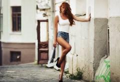 Рыжая сексуальная девушка на улице обои для ПК