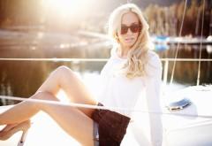 Светловолосая девушка в солнцезащитных очках