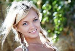 голубоглазая блондинка улыбается