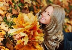 девушка осенние листья улыбка