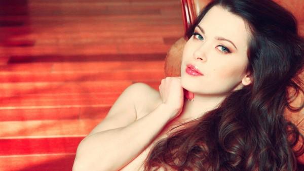 Красивая девушка с голубыми глазами на рабочий стол обои
