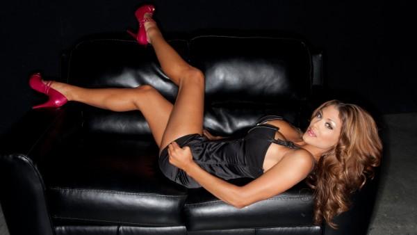 Шикарная девушка на кожаном диване обои скачать