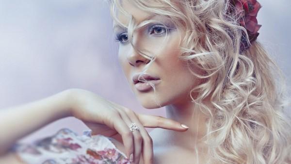 Красивая блондинка девушка красная роза в волосах обои hd