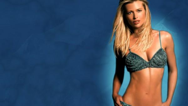 Соблазнительная блондинка на синем фоне бесплатно картинки