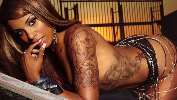 Красивая мулатка с татуировкой HD обои скачать на рабочий стол