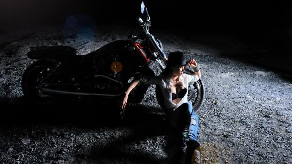 Мотоцикл, секси девушка, ночь, байкерша, шляпа, обои hd, бесплатно