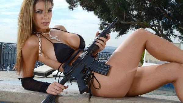 Сексуальная девушка с большой грудью и оружием обои бесплатно