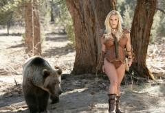 Красивая девушка укротительница медведей