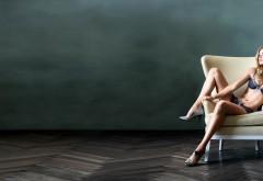 Красивая девушка в нижнем белье в кресле бесплатно