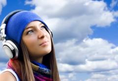 Девушка в наушниках на фоне неба HD