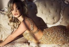 Шикарная блондинка в платье из алмазов