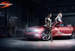 Девушки у спортивного автомобиля Шевроле