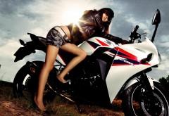 Мотоцикл горячей азиатской модели девушки