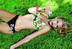 Красивая девушка на траве