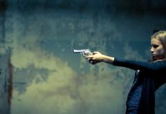 Симпатичная девушка с револьвером 2560x1440