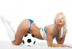 Девушка с футбольным мячем обои