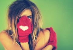 2560x1600, Горячая девушка в перчатке с видом сердца