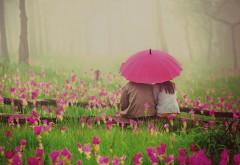 Красивая пара под зонтиком в дождь на цветочной поляне