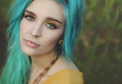 Молодая девушка с зелеными волосами обои