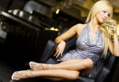 Девушка блондинка с бокалом hd заставки скачать