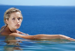 Девушка в бассейне на фоне моря картинки на рабочий ст�…