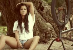 Молодая девушка на природе обои hd на рабочий стол