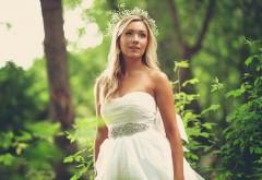 Красивая девушка в свадебном платье на природе обои hd