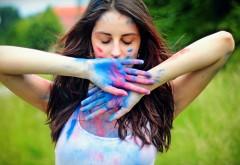 Молодая девушка измазанная красками картинки на рабоч…
