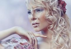 Красивая блондинка девушка красная роза в волосах обо�…