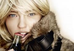 Девушка с напитком Кока-кола обои hd