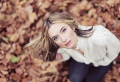 Девушка в лесу на фоне листьев обои hd