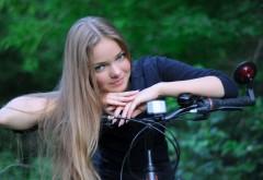 Молодая девушка на велосипеде обои hd