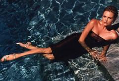 Девушка в бассейне заставки на рабочий стол hd