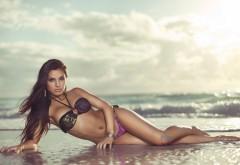Обои на рабочий молодой девушки на пляже на фоне моря hd