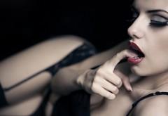 Сексапильная девушка с пальчиком во рту картинки скач�…