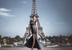 Красивая девушка в платье на фоне эйфелевой башни карт…