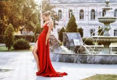 Красивая девушка в шикарном красном платье в парке кар…