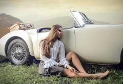 Красивая девушка у раритетного автомобиля заставки ск…