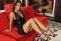 Широкоформатные обои HD красивая девушка на диванчике