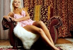 Девушка блондинка в розовом топике высококачественны�…