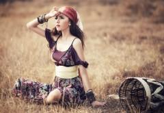Красивая девушка ждет своего возлюбленного на земле к�…