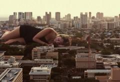Спящая девушка над городом Смешные обои