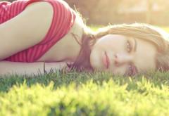 красивая девушка, лежа в траве