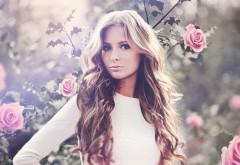 Блондинка рядом с розами в цветах