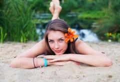 девушка расслабляющаяся в песке